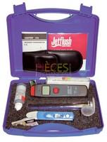 Le Kit de relevé Jetflush est fourni dans une boîte en Plastique compacte et résistante renfermant les éléments suivants :Tube de turbidité SentinelAppareil de mesure de la concentration  totale des matières dissoutes (TDS)Étalon de conductivité/TDSKit de test Sentinel/TDSMini-thermomètre à infrarouges - Référence :